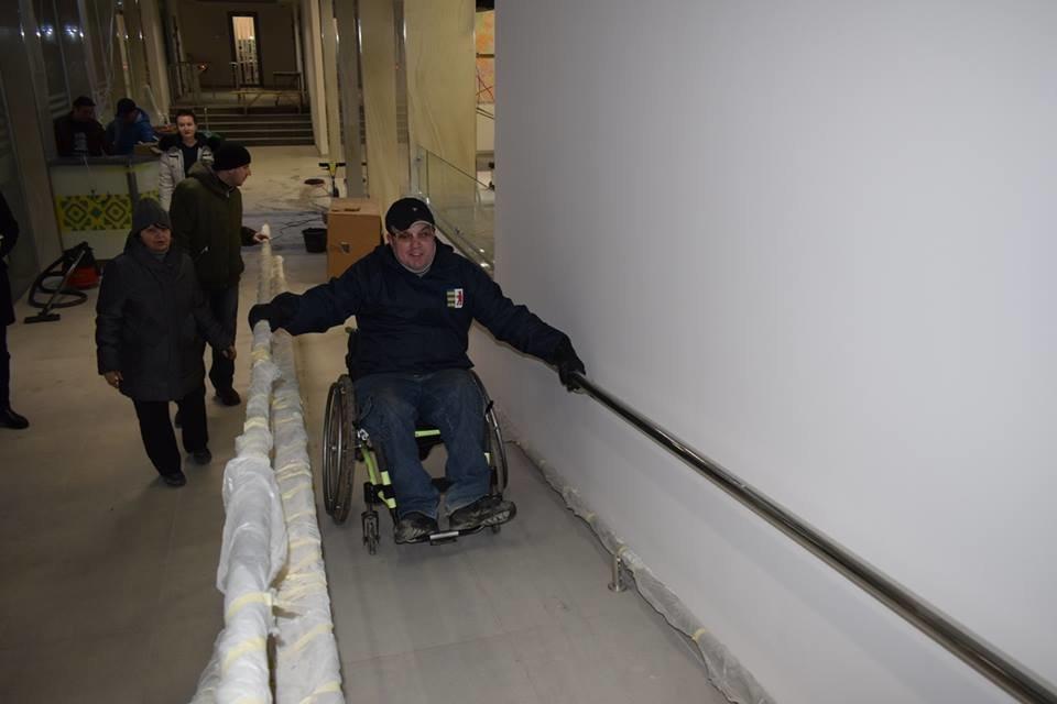 Першими в ужгородську мерію після реконструкції впустили інвалідів: перевіряли, чи їм зручно (ФОТОРЕПОРТАЖ), фото-4