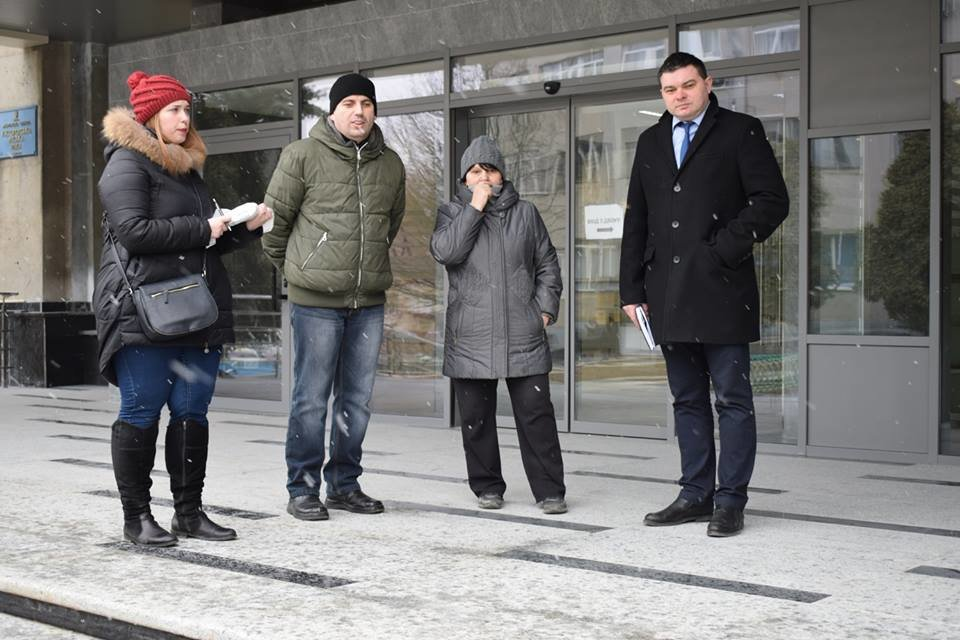 Першими в ужгородську мерію після реконструкції впустили інвалідів: перевіряли, чи їм зручно (ФОТОРЕПОРТАЖ), фото-1