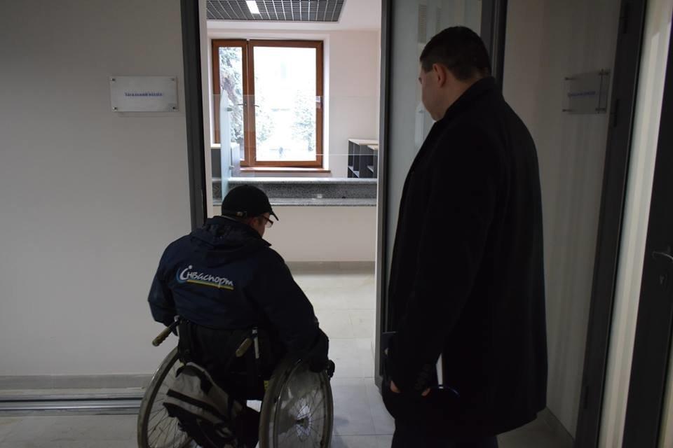 Першими в ужгородську мерію після реконструкції впустили інвалідів: перевіряли, чи їм зручно (ФОТОРЕПОРТАЖ), фото-5