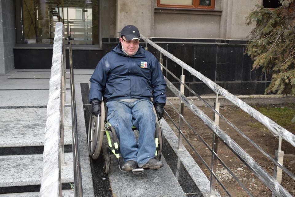 Першими в ужгородську мерію після реконструкції впустили інвалідів: перевіряли, чи їм зручно (ФОТОРЕПОРТАЖ), фото-3
