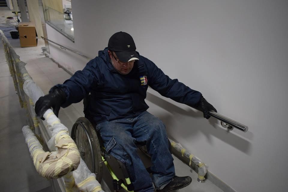 Першими в ужгородську мерію після реконструкції впустили інвалідів: перевіряли, чи їм зручно (ФОТОРЕПОРТАЖ), фото-6