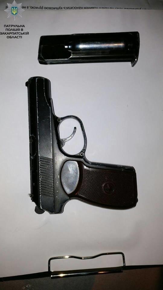 Небезпечний нічний Ужгород: вночі патрульні затримали молодика зі зброєю (ФОТО), фото-3
