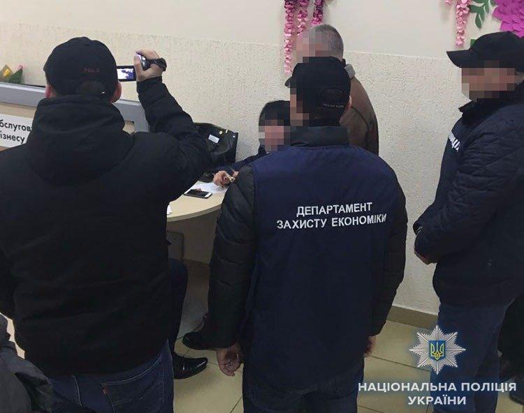 У банку Ужгорода затримали жінку, яка брала за місце на цвинтарі 50 000 гривень (ФОТО), фото-2
