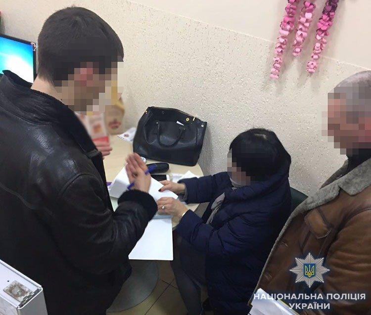 У банку Ужгорода затримали жінку, яка брала за місце на цвинтарі 50 000 гривень (ФОТО), фото-1