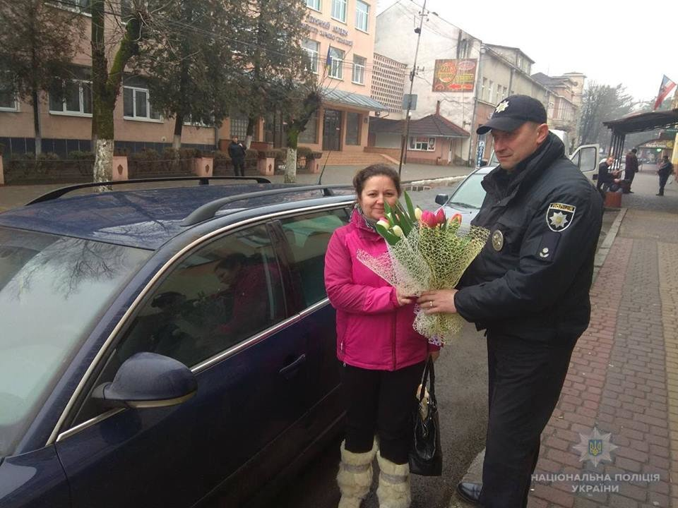 На Закарпатті поліцейські зупиняють жінок-водіїв і дарують їм квіти (ОНОВЛЕНО, ФОТО), фото-5