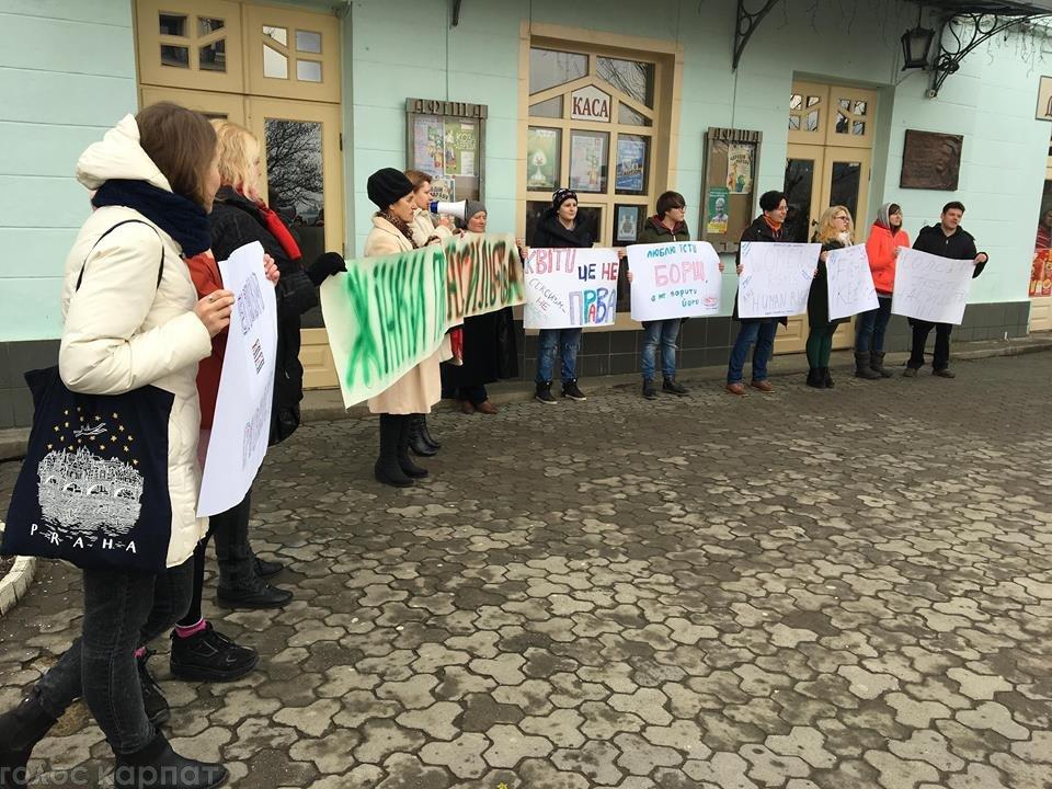 У центрі Ужгорода зірвано акцію феміністок до 8 Березня: учасниць облили фарбою (ОНОВЛЕНО, ФОТО), фото-3
