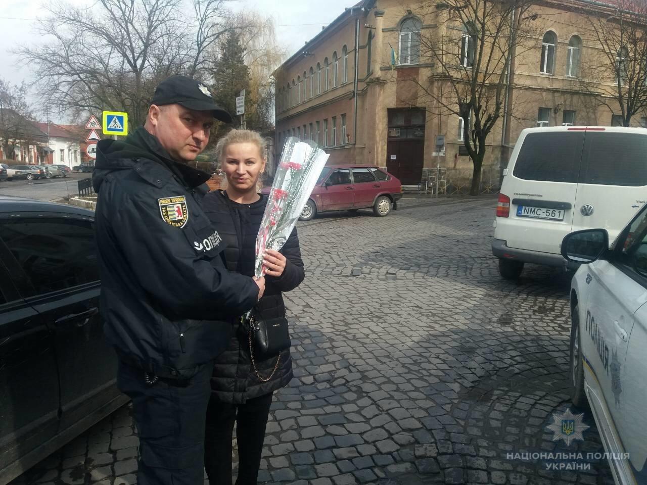 На Закарпатті поліцейські зупиняють жінок-водіїв і дарують їм квіти (ОНОВЛЕНО, ФОТО), фото-2