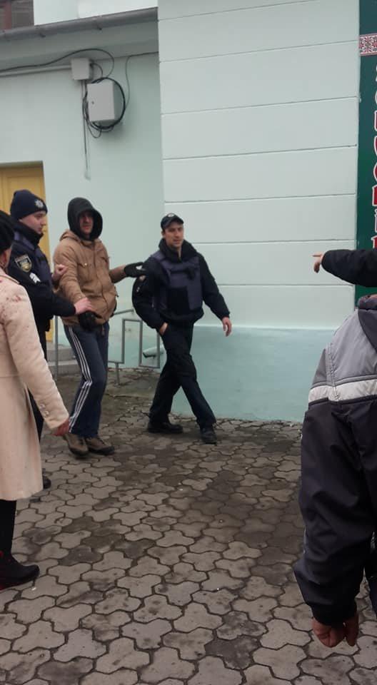 У центрі Ужгорода зірвано акцію феміністок до 8 Березня: учасниць облили фарбою (ОНОВЛЕНО, ФОТО), фото-11