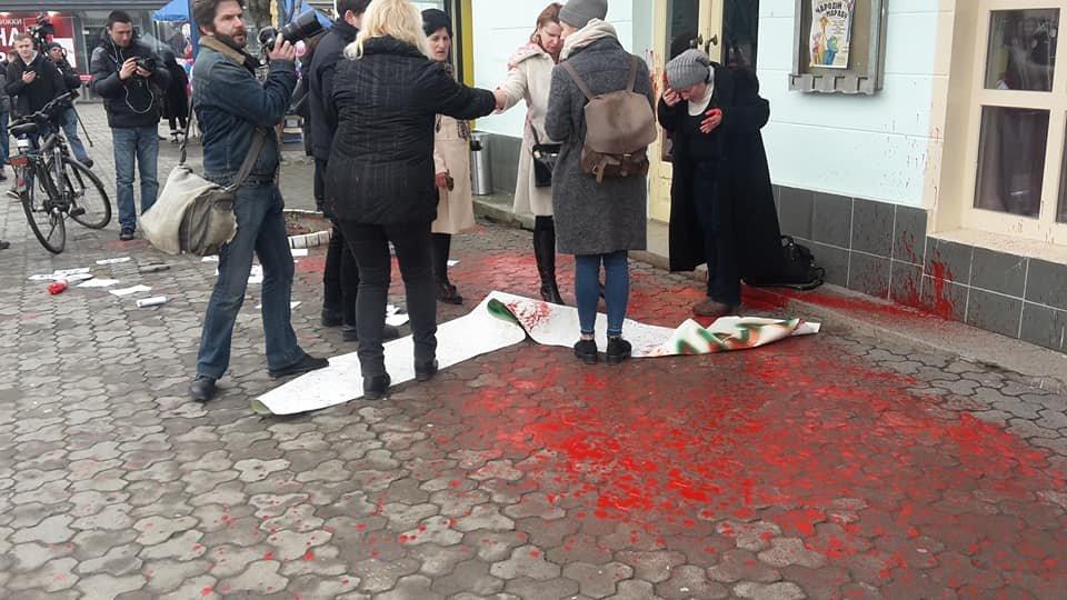 У центрі Ужгорода зірвано акцію феміністок до 8 Березня: учасниць облили фарбою (ОНОВЛЕНО, ФОТО), фото-7