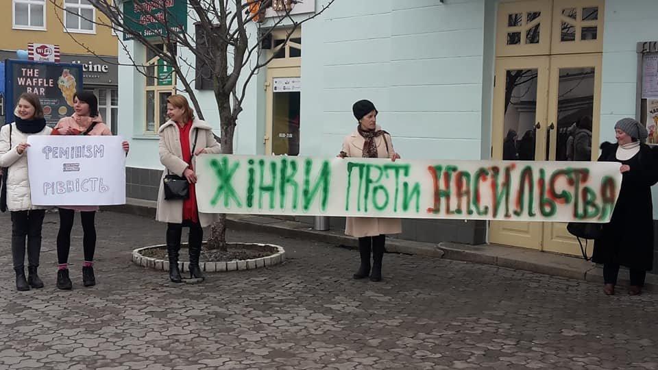 У центрі Ужгорода зірвано акцію феміністок до 8 Березня: учасниць облили фарбою (ОНОВЛЕНО, ФОТО), фото-2