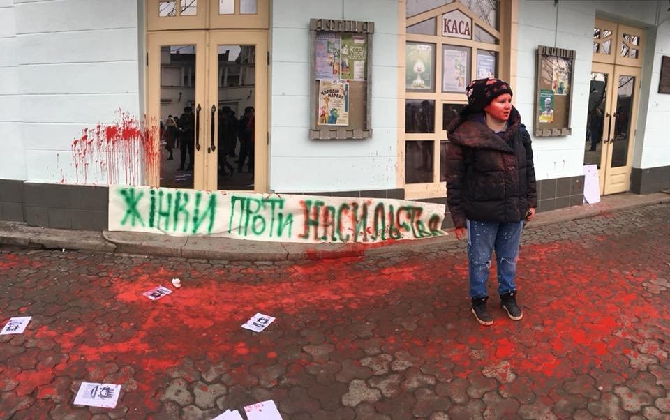 У центрі Ужгорода зірвано акцію феміністок до 8 Березня: учасниць облили фарбою (ОНОВЛЕНО, ФОТО), фото-9