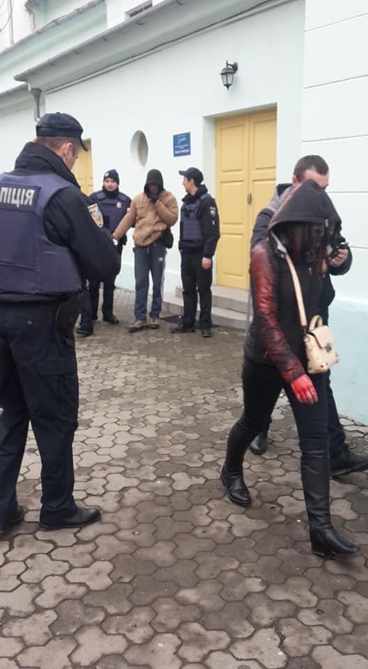 У центрі Ужгорода зірвано акцію феміністок до 8 Березня: учасниць облили фарбою (ОНОВЛЕНО, ФОТО), фото-13