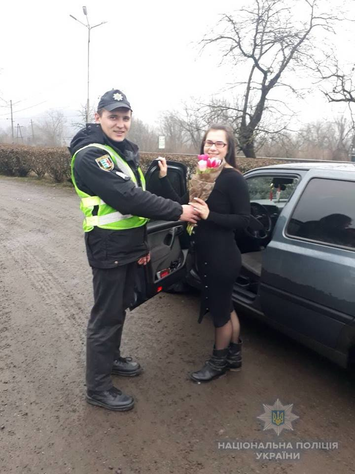 На Закарпатті поліцейські зупиняють жінок-водіїв і дарують їм квіти (ОНОВЛЕНО, ФОТО), фото-4