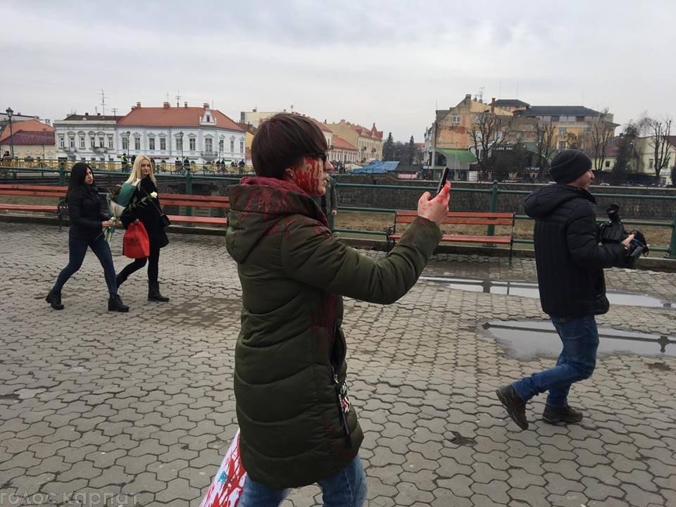 У центрі Ужгорода зірвано акцію феміністок до 8 Березня: учасниць облили фарбою (ОНОВЛЕНО, ФОТО), фото-1