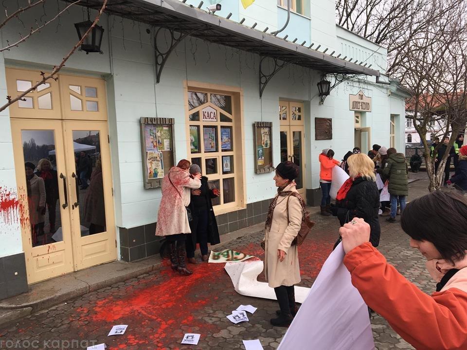 У центрі Ужгорода зірвано акцію феміністок до 8 Березня: учасниць облили фарбою (ОНОВЛЕНО, ФОТО), фото-4