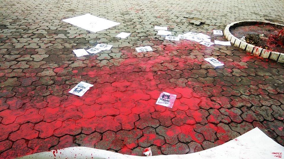 Діти не повинні це бачити: фасад театру ляльок в Ужгороді відмивав від фарби художник В'ячеслав Осавальчук (ФОТО), фото-4