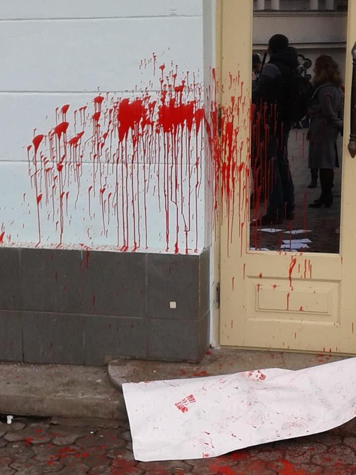 Діти не повинні це бачити: фасад театру ляльок в Ужгороді відмивав від фарби художник В'ячеслав Осавальчук (ФОТО), фото-1