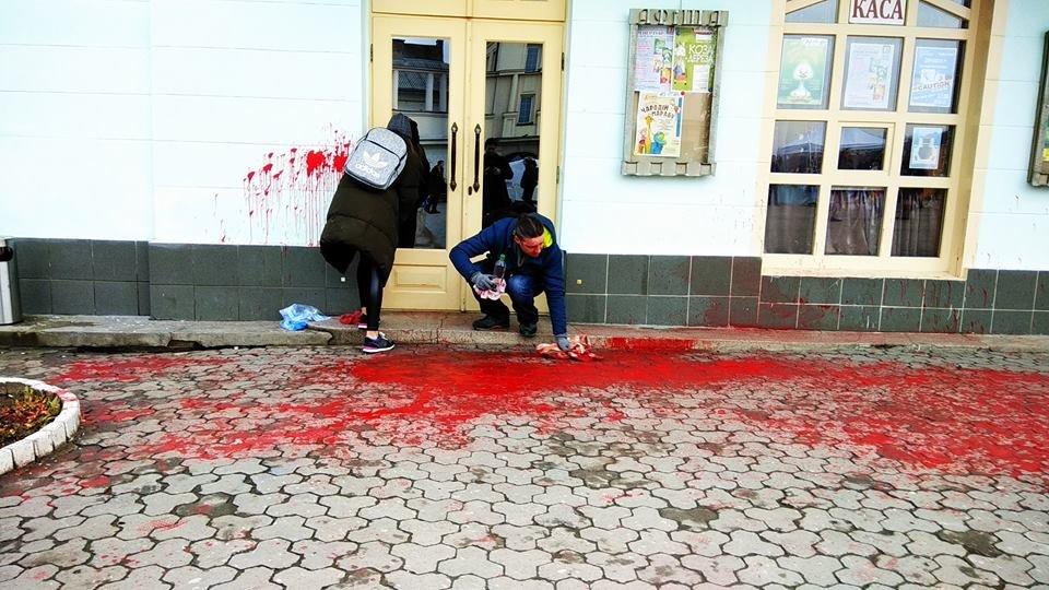 Діти не повинні це бачити: фасад театру ляльок в Ужгороді відмивав від фарби художник В'ячеслав Осавальчук (ФОТО), фото-3