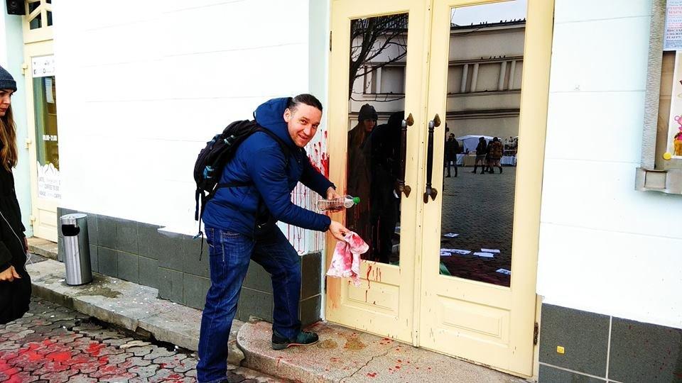 Діти не повинні це бачити: фасад театру ляльок в Ужгороді відмивав від фарби художник В'ячеслав Осавальчук (ФОТО), фото-2