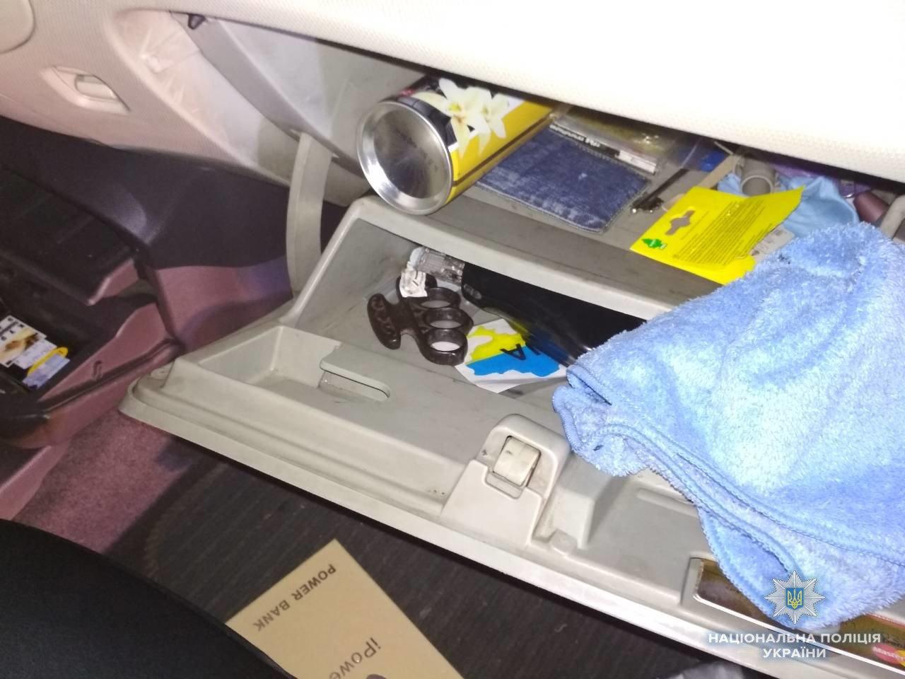 """В Іршаві зупинили """"Ніссан"""", напакований наркотиками: у водія знайшли кастет (ФОТО) , фото-1"""