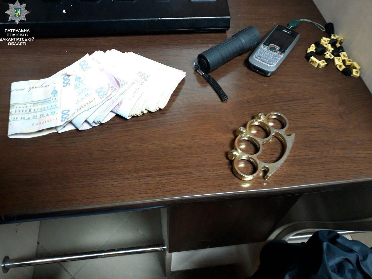 """У Мукачеві патрульні знайшли у гравця """"апаратки"""" марихуану і кастет, а у понятого - """"кристали"""" (ФОТО), фото-1"""
