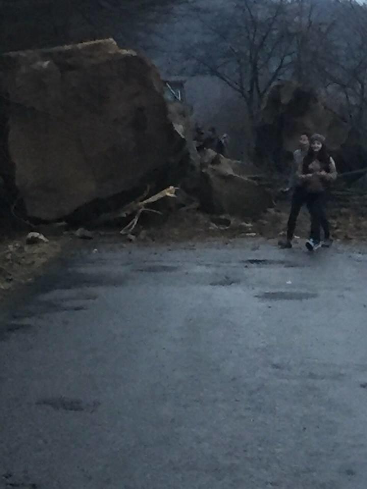 На Тячівщині на дорогу звалилася скеля: на місці працюють рятувальники, дорожники та поліція (ФОТО, ВІДЕО), фото-4