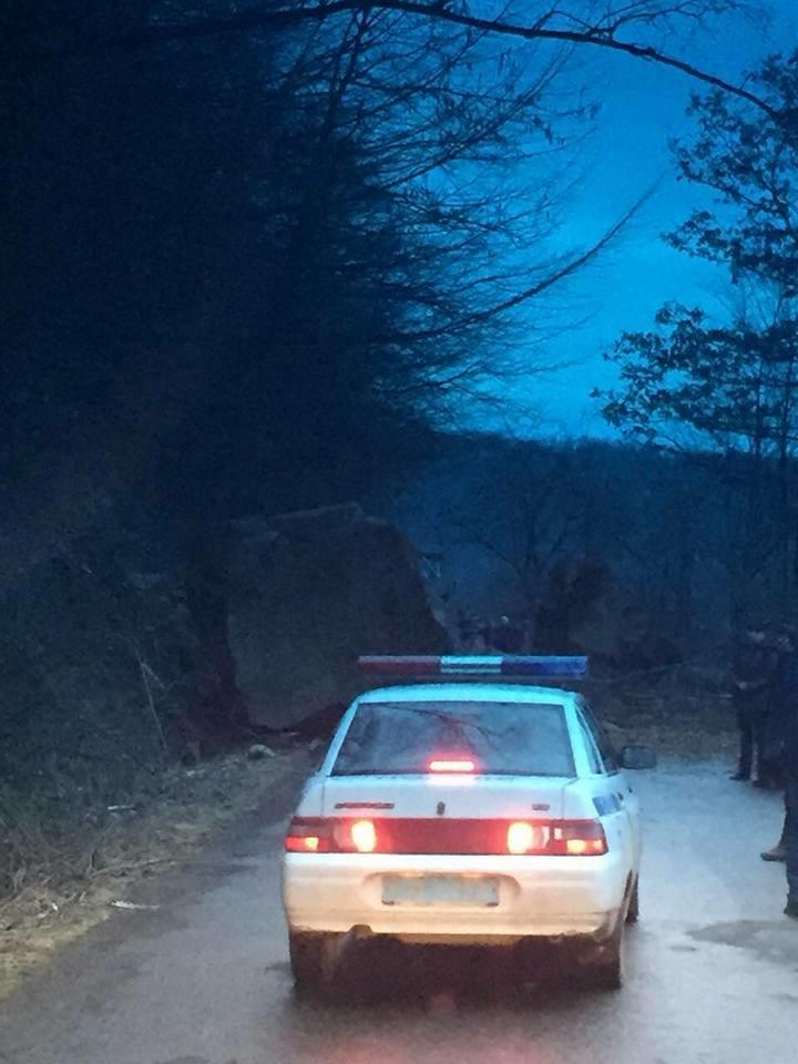 На Тячівщині на дорогу звалилася скеля: на місці працюють рятувальники, дорожники та поліція (ФОТО, ВІДЕО), фото-5