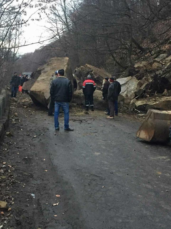 На Тячівщині на дорогу звалилася скеля: на місці працюють рятувальники, дорожники та поліція (ФОТО, ВІДЕО), фото-6