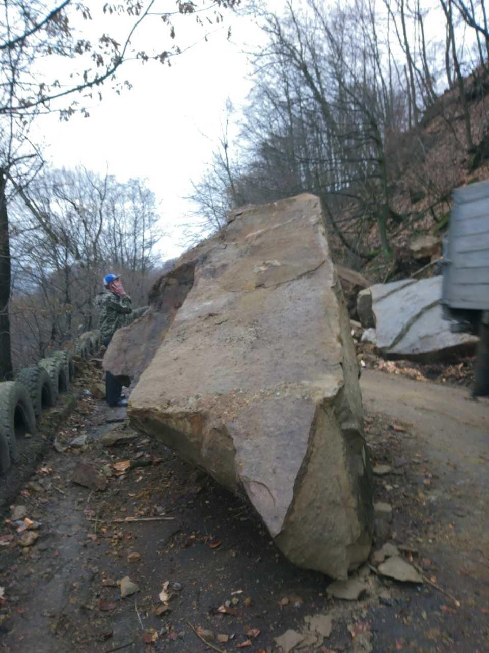 На Тячівщині на дорогу звалилася скеля: на місці працюють рятувальники, дорожники та поліція (ФОТО, ВІДЕО), фото-3