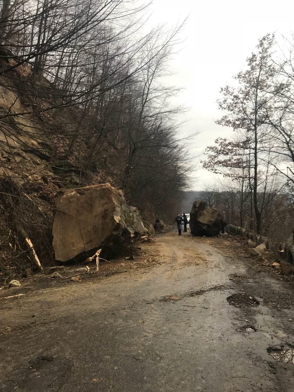 На Тячівщині на дорогу звалилася скеля: на місці працюють рятувальники, дорожники та поліція (ФОТО, ВІДЕО), фото-2
