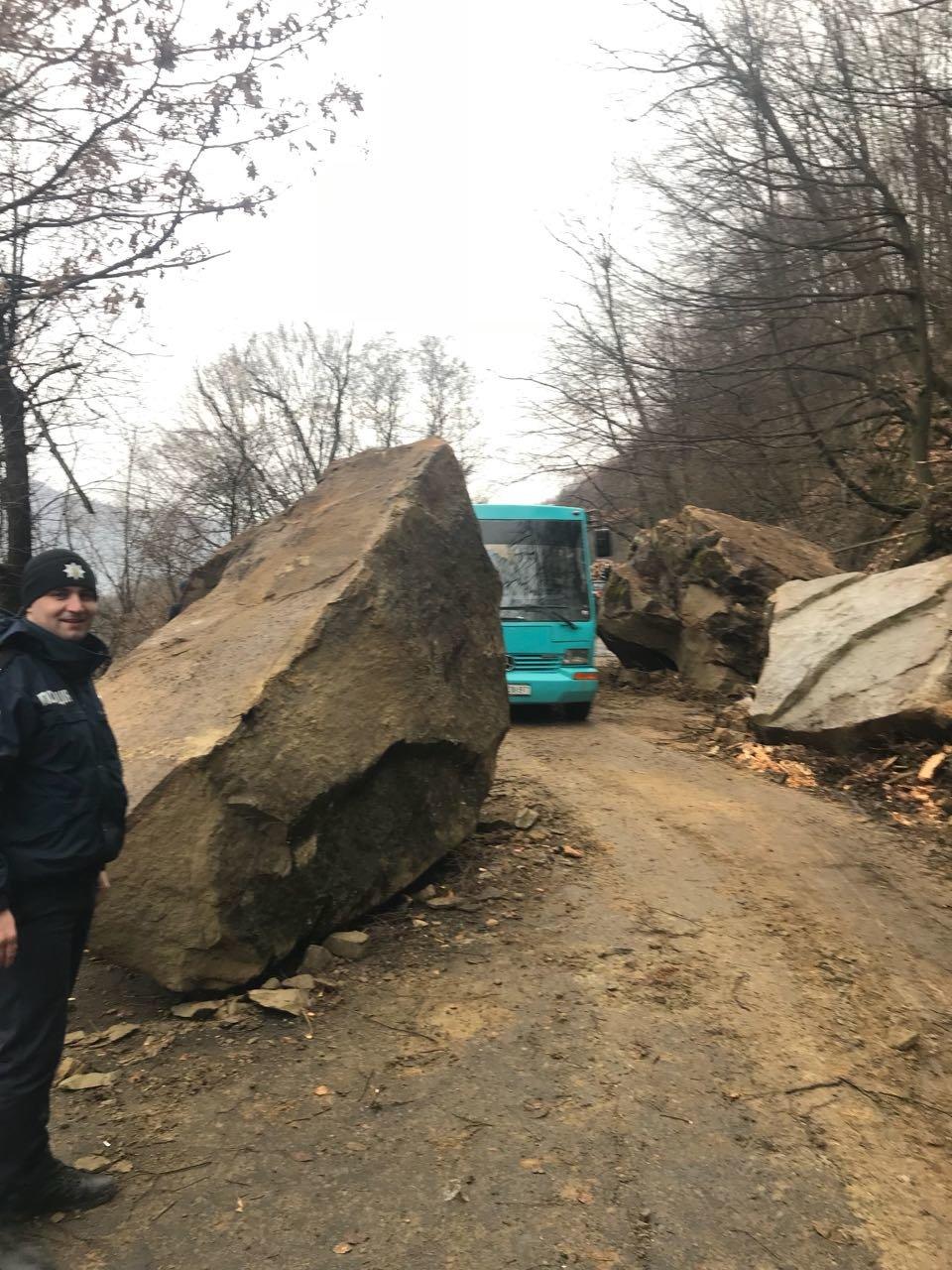 На Тячівщині на дорогу звалилася скеля: на місці працюють рятувальники, дорожники та поліція (ФОТО, ВІДЕО), фото-1