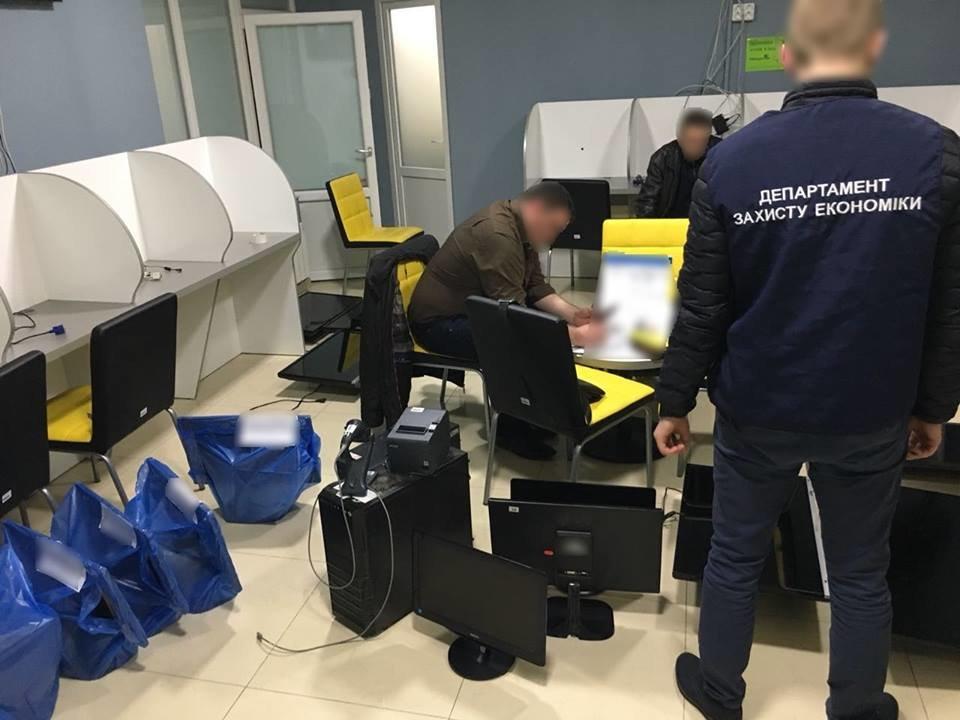 """В Ужгороді """"накрили"""" 4 гральні заклади, які функціонували під виглядом букмекерських контор: вилучено 30 000 грн та 89 комп'ютерів (ФОТО), фото-2"""