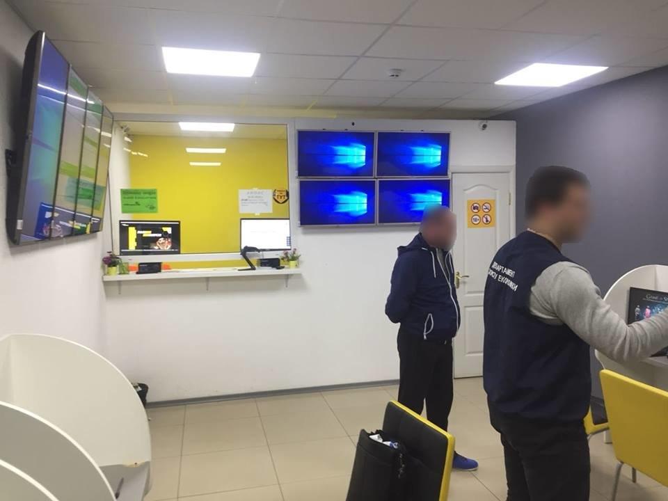 """В Ужгороді """"накрили"""" 4 гральні заклади, які функціонували під виглядом букмекерських контор: вилучено 30 000 грн та 89 комп'ютерів (ФОТО), фото-7"""