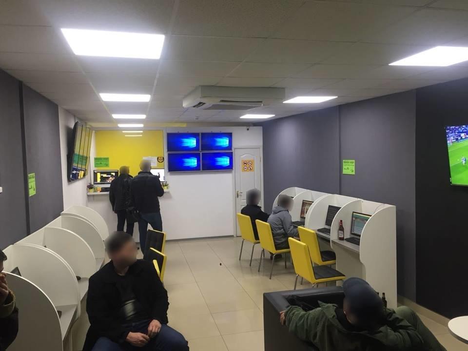 """В Ужгороді """"накрили"""" 4 гральні заклади, які функціонували під виглядом букмекерських контор: вилучено 30 000 грн та 89 комп'ютерів (ФОТО), фото-6"""