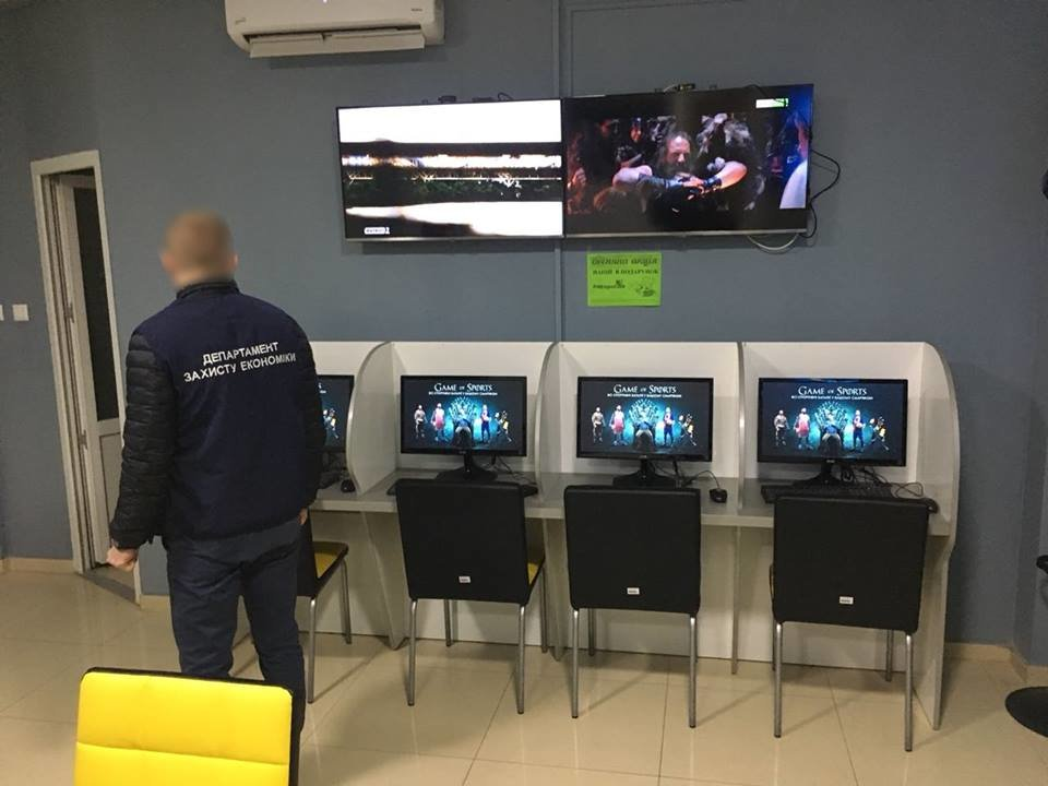 """В Ужгороді """"накрили"""" 4 гральні заклади, які функціонували під виглядом букмекерських контор: вилучено 30 000 грн та 89 комп'ютерів (ФОТО), фото-3"""
