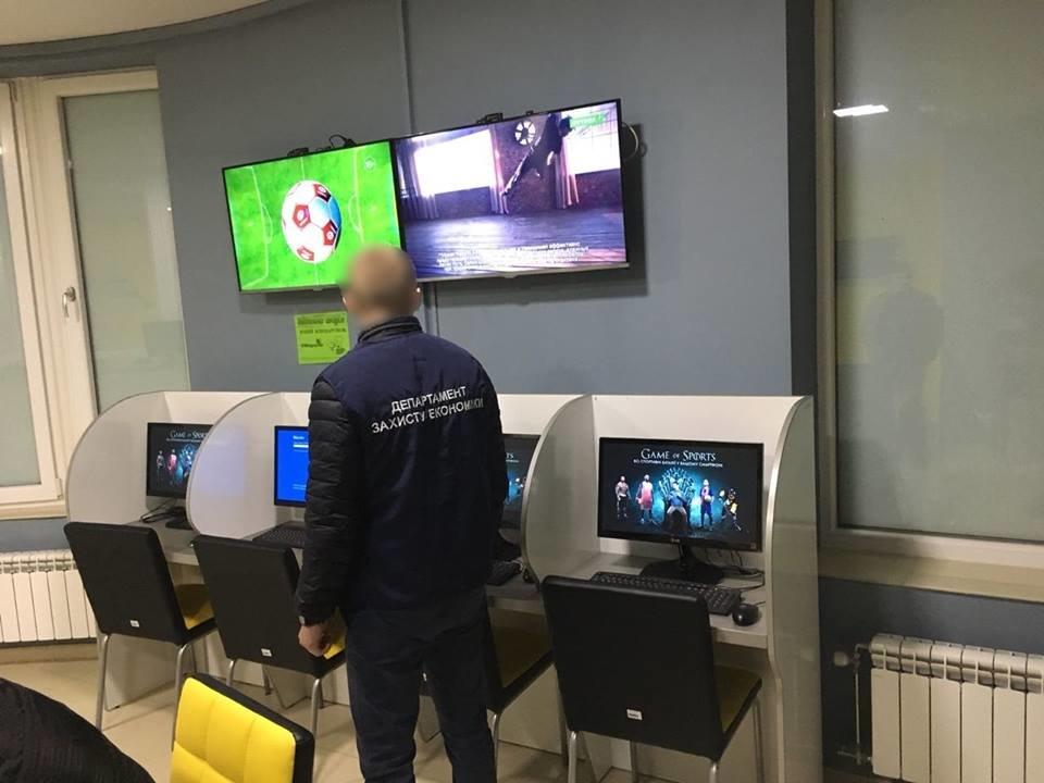 """В Ужгороді """"накрили"""" 4 гральні заклади, які функціонували під виглядом букмекерських контор: вилучено 30 000 грн та 89 комп'ютерів (ФОТО), фото-5"""