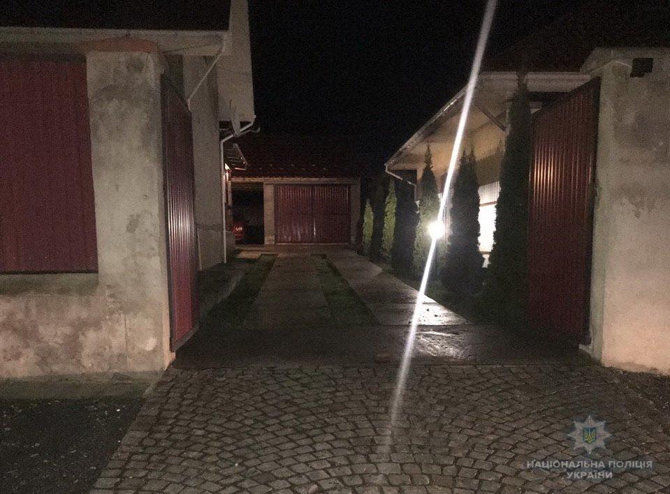 """В Ужгороді на """"Шахті"""" на подвір'ї приватного будинку прогримів вибух: поліція розшукує зловмисників (ФОТО, ВІДЕО), фото-1"""