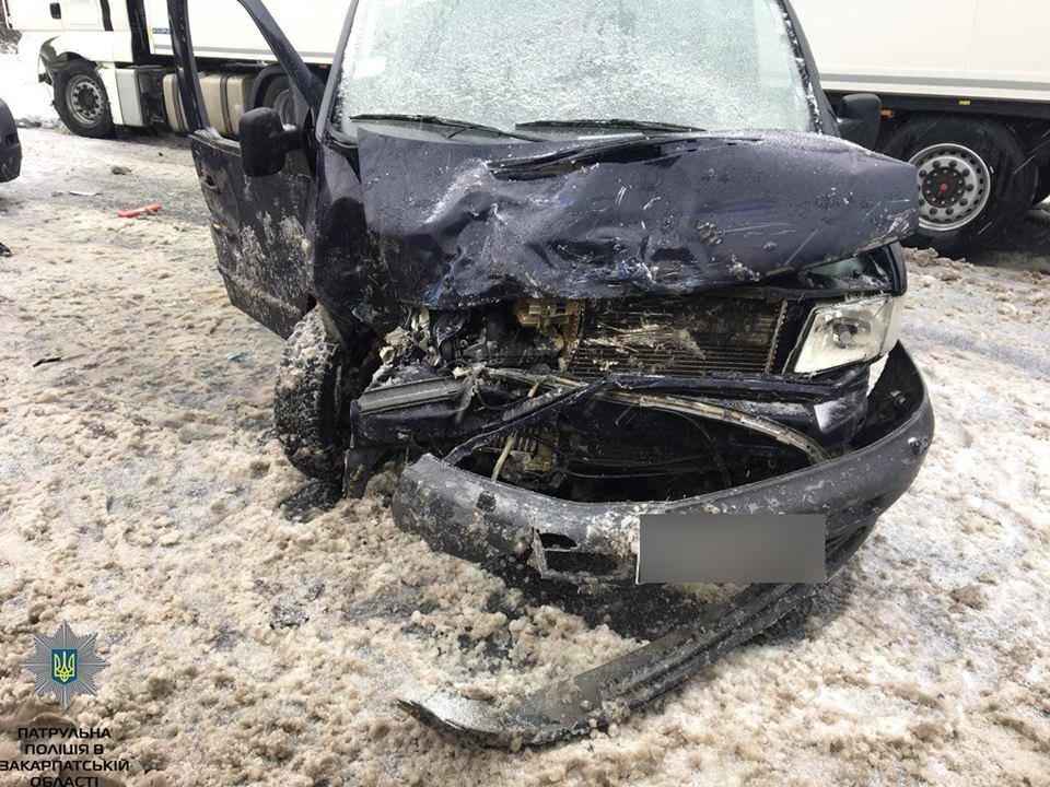 Заблоковані в машині, немічний турист і кілометровий затор: на засніжених дорогах Закарпаття за добу сталося 9 аварій (ФОТОРЕПОРТАЖ), фото-6