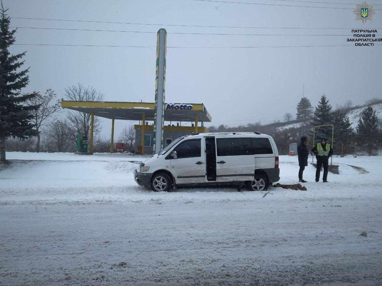 Заблоковані в машині, немічний турист і кілометровий затор: на засніжених дорогах Закарпаття за добу сталося 9 аварій (ФОТОРЕПОРТАЖ), фото-1