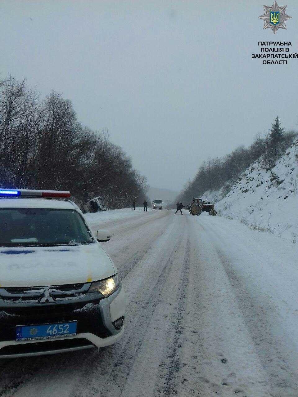 Заблоковані в машині, немічний турист і кілометровий затор: на засніжених дорогах Закарпаття за добу сталося 9 аварій (ФОТОРЕПОРТАЖ), фото-2