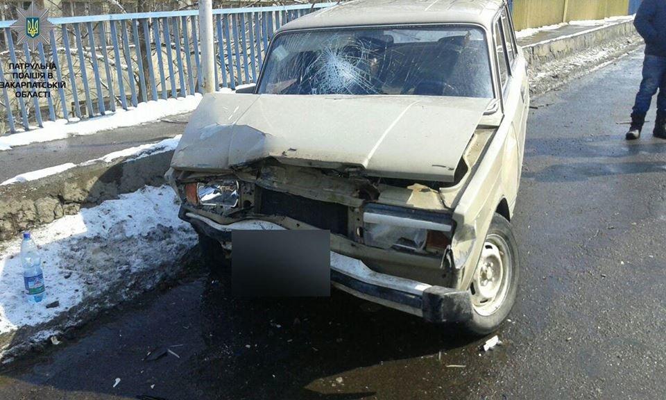 """В Мукачеві водій на """"Жигулях"""" виїхав на """"зустрічку"""" і протаранив """"Ауді"""" і """"Мерседес"""": трьох людей госпіталізовано (ФОТО), фото-3"""