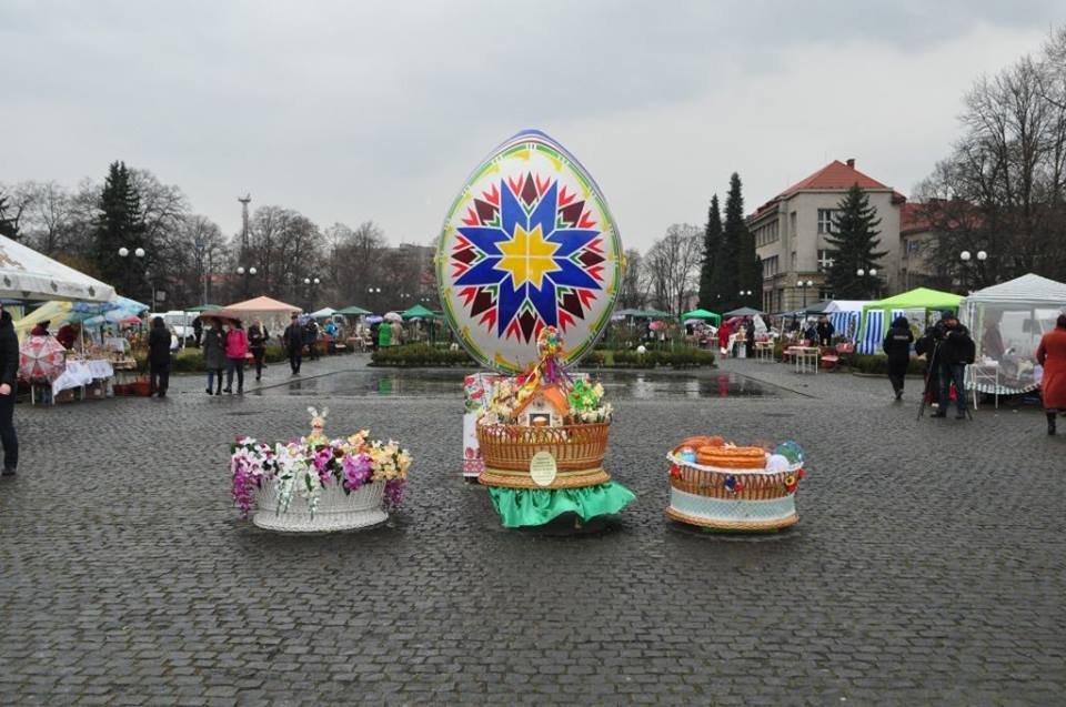 Національний рекорд в Ужгороді: на площі Народній виставили 17 000 писанок (ФОТО, ВІДЕО), фото-2