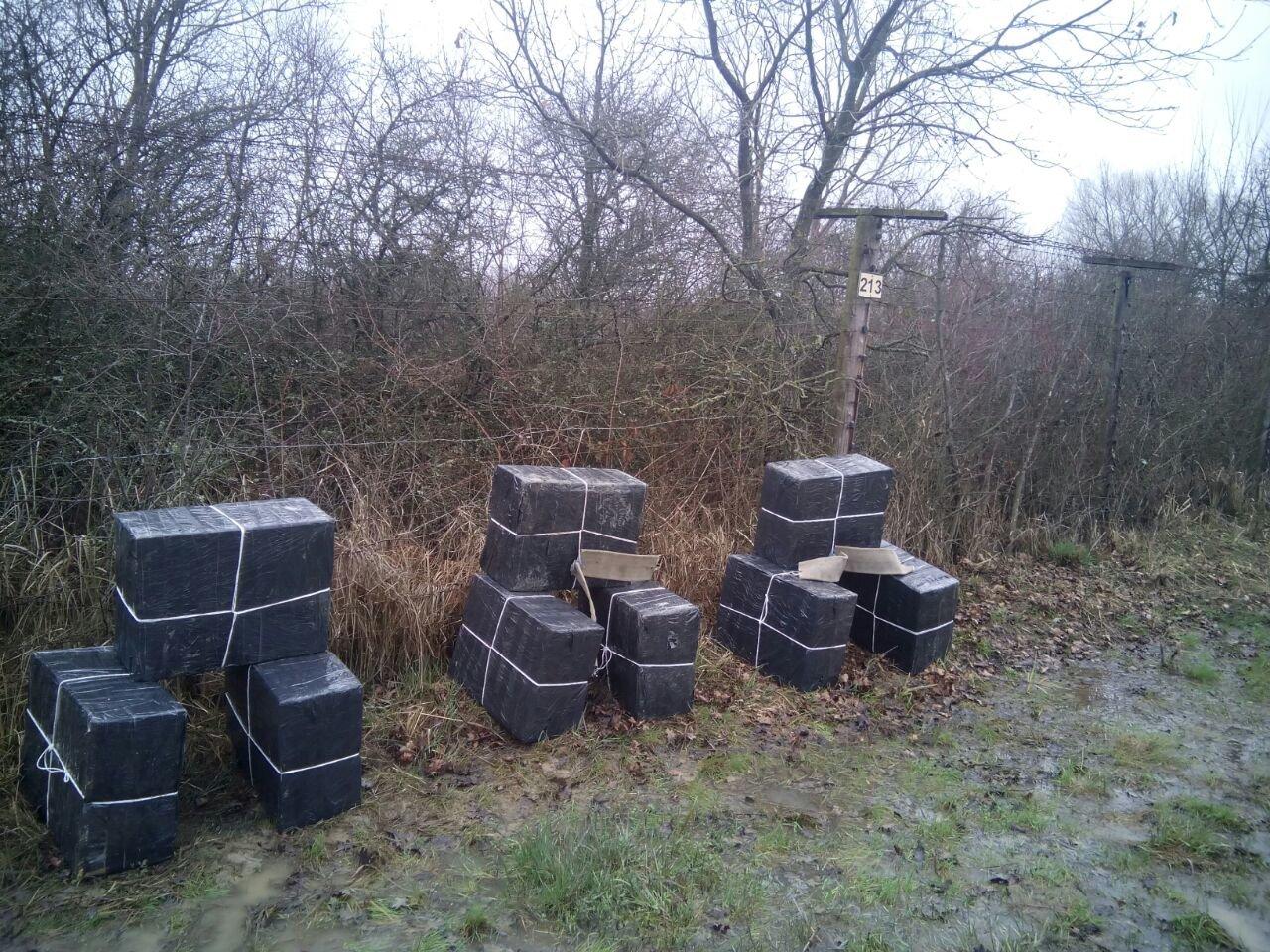На Закарпатті за 50 метрів від кордону з Угорщиною пострілами зупинили контрабандистів на УАЗі, напакованому цигарками (ФОТО), фото-2