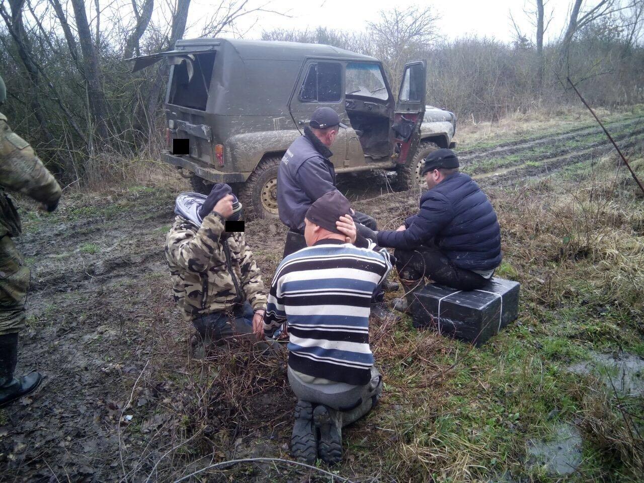 На Закарпатті за 50 метрів від кордону з Угорщиною пострілами зупинили контрабандистів на УАЗі, напакованому цигарками (ФОТО), фото-4