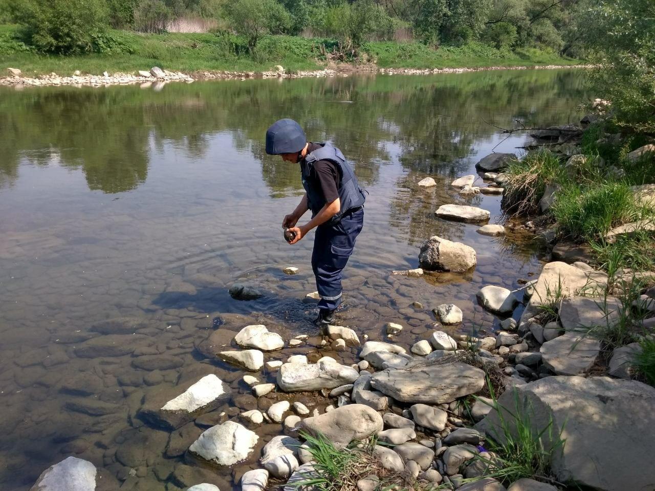 Піротехніки знищили застарілий боєприпас, виявлений напередодні на березі гірської річки