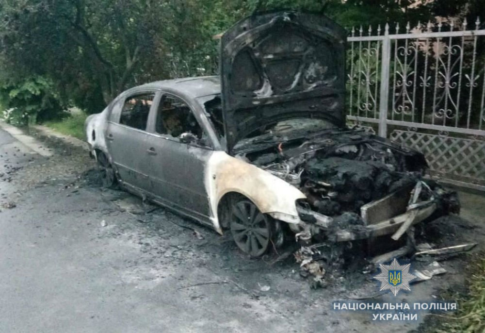 """Пожежі з різницею у 9 хвилин: в Ужгороді і Минаї родичам одночасно спалили """"БМВ"""" і  """"Шкоду"""" (ФОТО), фото-2"""