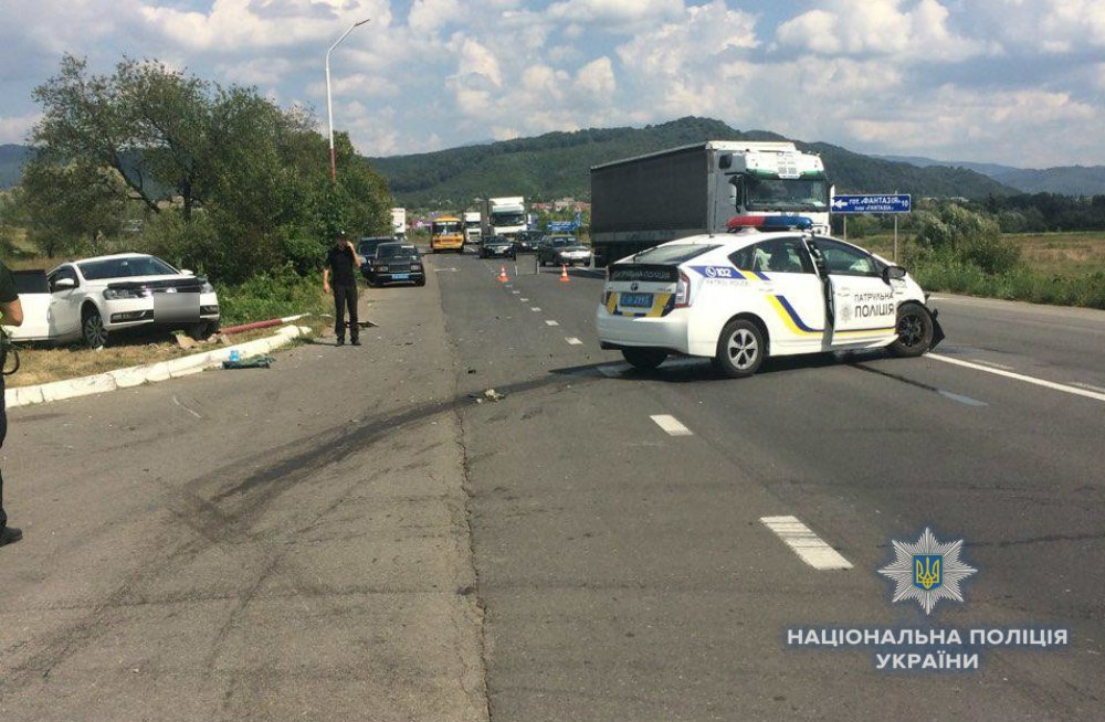 """ДТП на трасі """"Київ-Чоп"""": патрульні, переслідуючи порушника, зіткнулись з «Volkswagen», є постраждалі (ФОТО), фото-1"""
