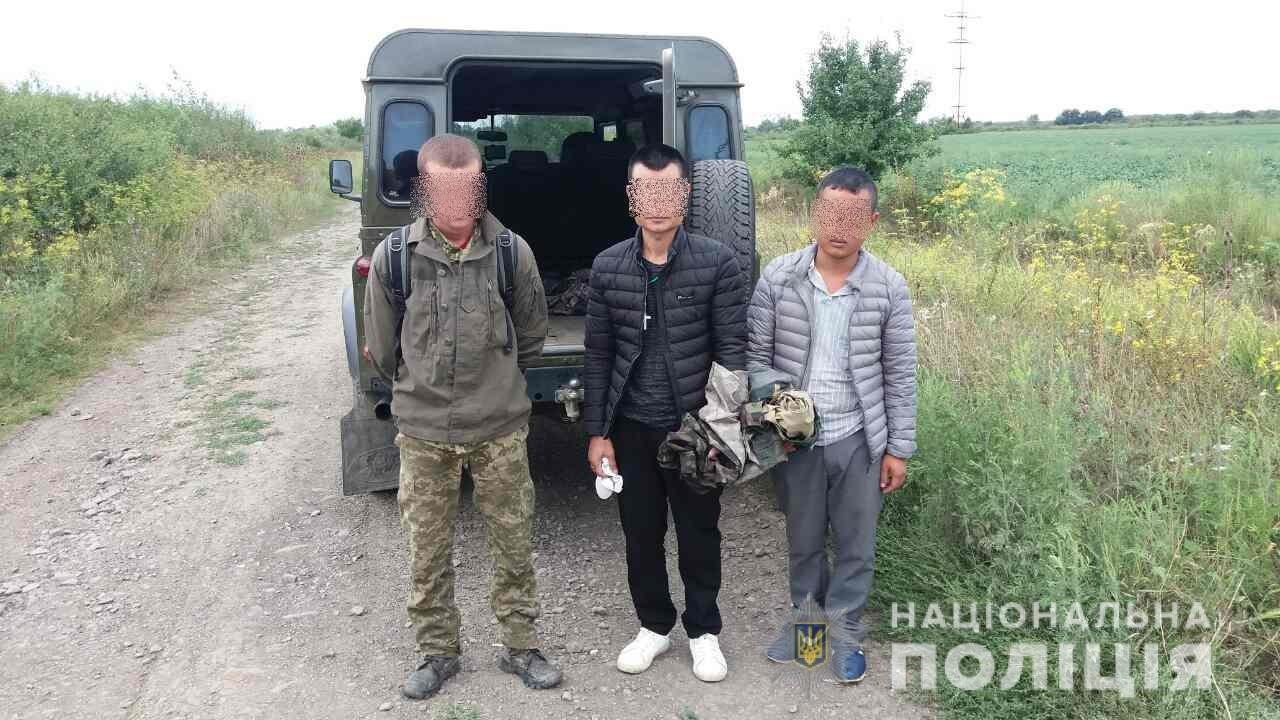 За 500 метрів до мети: на кордоні затримано 23-річного закарпатця, який переправляв 2-х нелегалів (ФОТО), фото-1