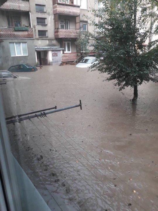 Потужна злива у Рахові: евакуйовано 7 людей, затоплено 50 будинків та 20 автомобілів (ФОТО, ВІДЕО), фото-1