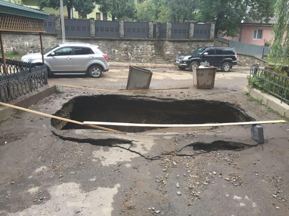 Потужна злива у Рахові: евакуйовано 7 людей, затоплено 50 будинків та 20 автомобілів (ФОТО, ВІДЕО), фото-4